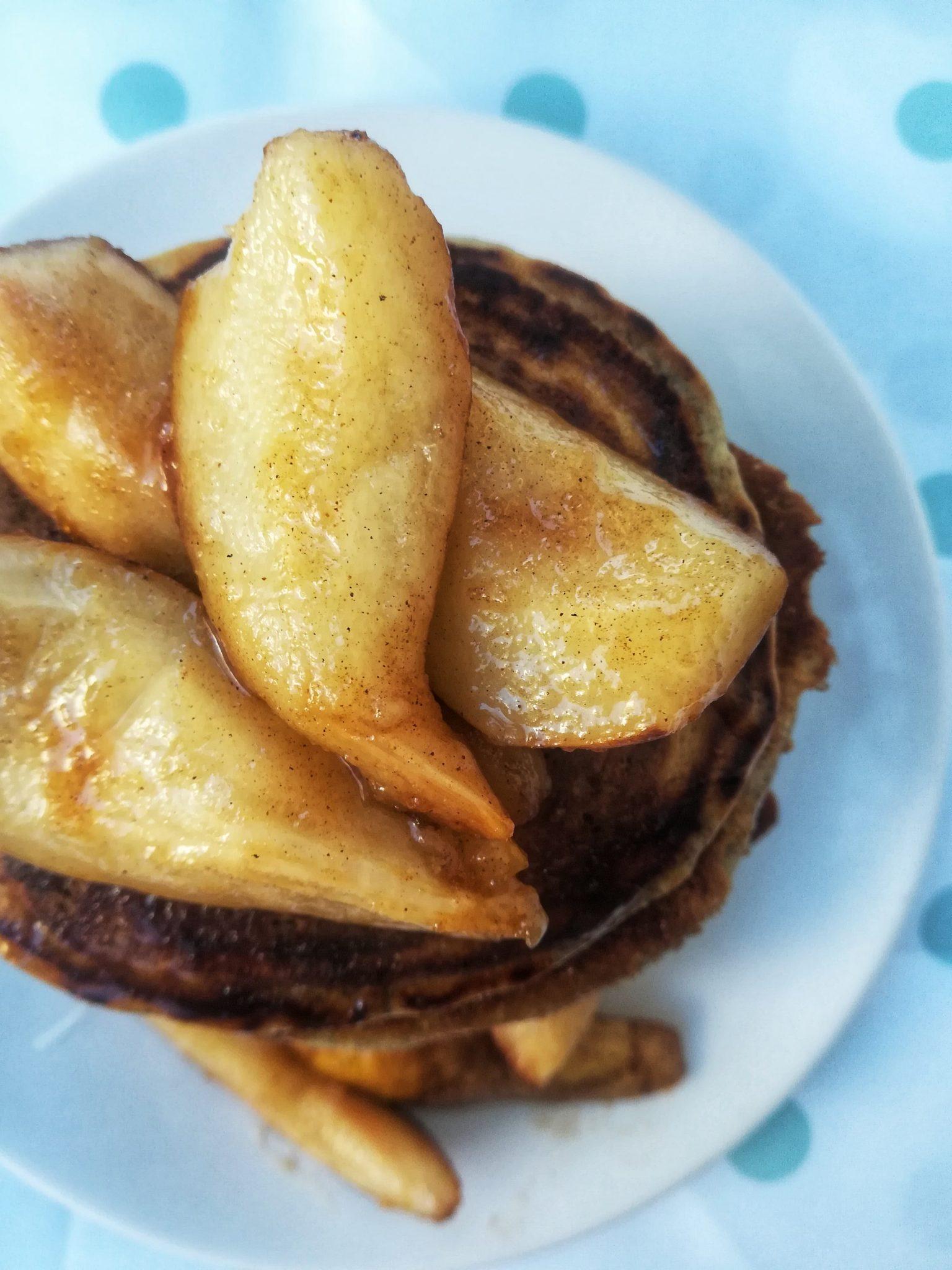 Clatite pufoase cu pere caramelizate (vegane)