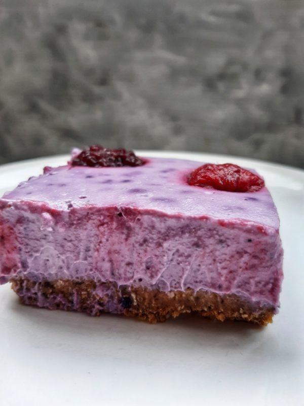 Prajitura raw vegana cu fructe de padure (paleo, gluten free)