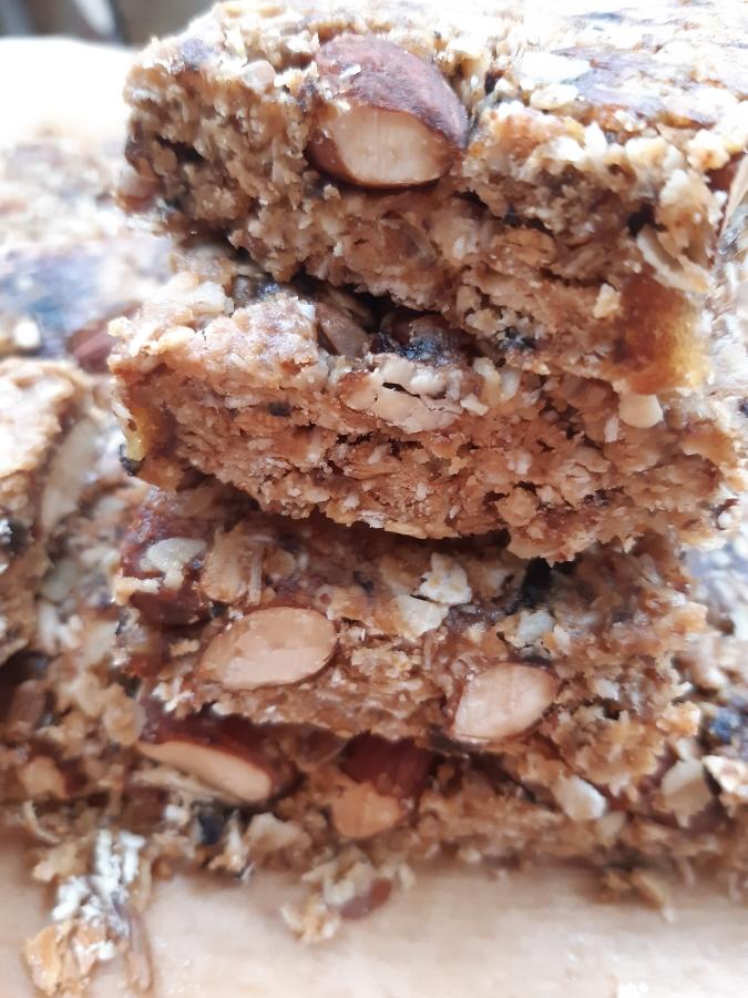 Batoane de granola cu migdale si unt de arahide (5 ingrediente)