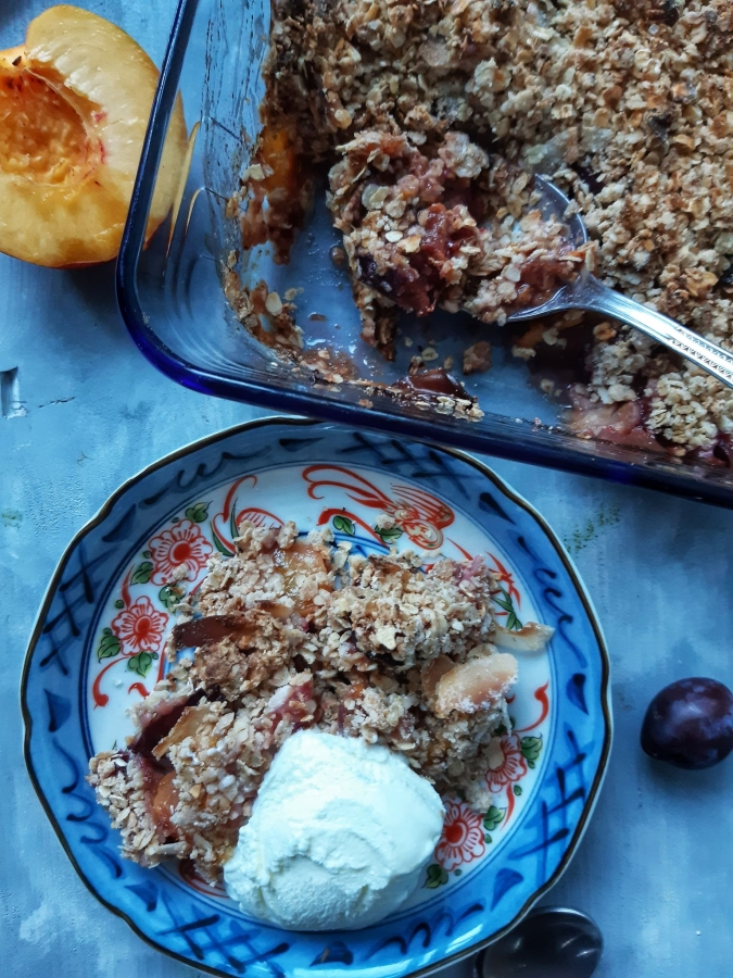 Crumble cu prune si piersici (Vegan)